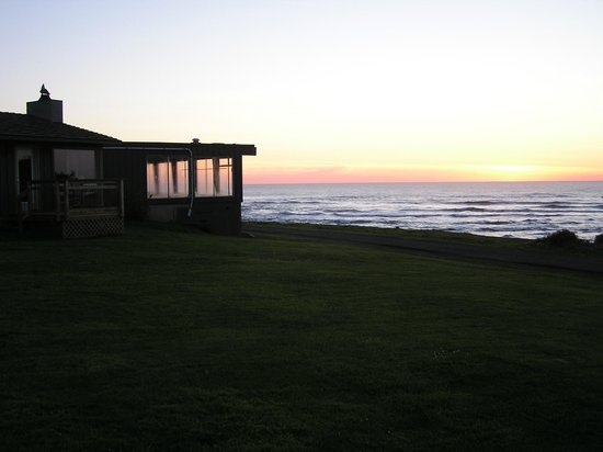 The Yachats Inn: sunset opposite side of inn