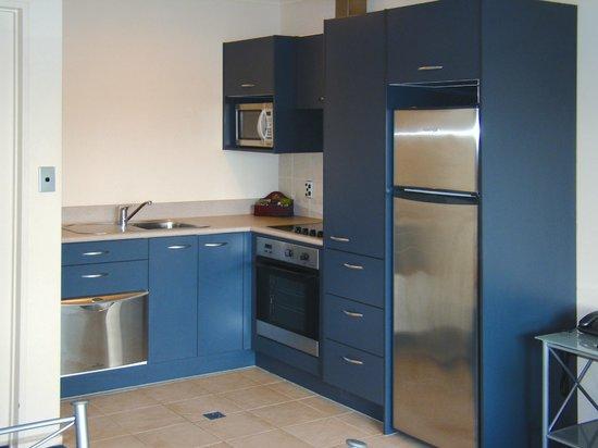 Stadium Motel: Apartment Kitchen