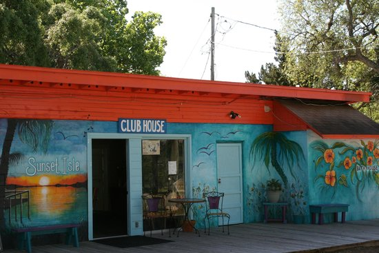 Sunset Isle RV Resort & Motel: Club house has live music Friday and Saturday thru out the winter.
