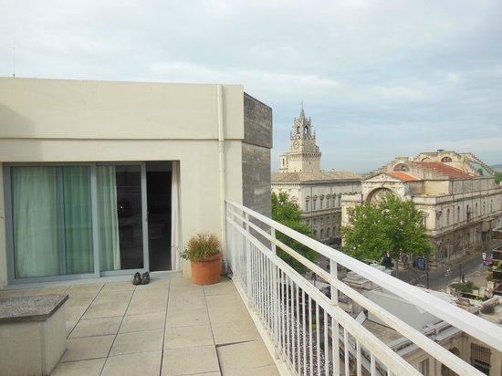 Mercure Avignon Centre Palais des Papes : view from terrace back into room