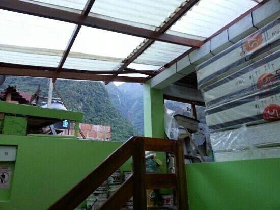 Machu Picchu Green Nature: Techo del hotel sin terminar