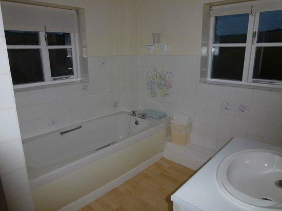 Pitt Farm Holiday Cottages: Bathroom of Cavasson Unit