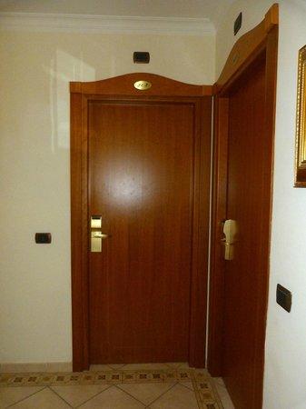 Hotel Domus Praetoria : Puerta habitación