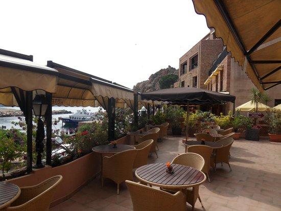 Hotel La Calypso : Terrasse avec vue sur le port pour le petit déjeuner