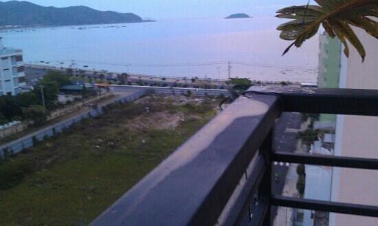 Ocean Bay Hotel Nha Trang: вид с крыши. вечером можно пиво попить. есть столы, кресло.