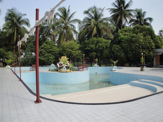 Royal Sittwe Resort : Swimming pool