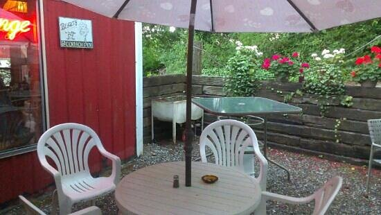 Pat's Little Red Barn : Outdoor bar area too