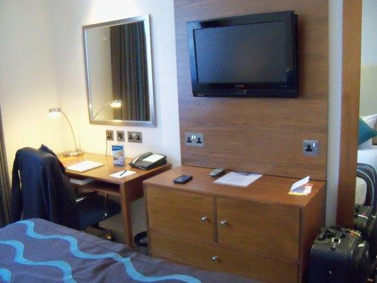 Thistle Kensington Gardens: TV, Desk, dresser
