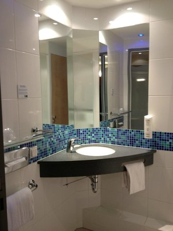 Holiday Inn Express Munich Airport: Bathroom