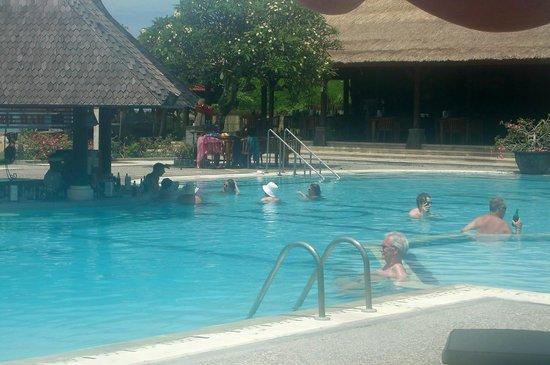Sadara Boutique Beach Resort: hugh and clean swimmingpool with seaview