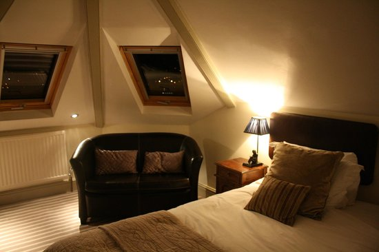 Dorian House: Bed and sofa, windows with great view of Bath
