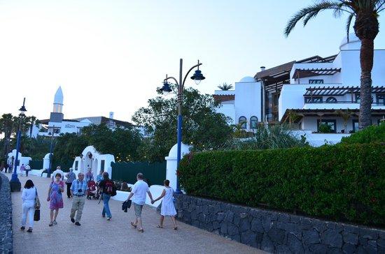 Princesa Yaiza Suite Hotel Resort: Blick von der Strandprommenade zum Hotel