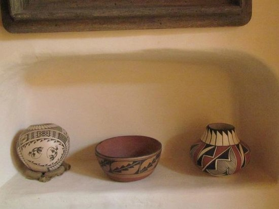 La Dona Luz Inn, An Historic Bed & Breakfast: Local clay crafts & artwork in MBR