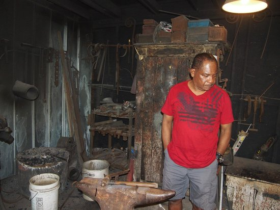 Gullah Tours: Mr Simmons workshop... Just amazing