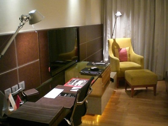 The Lalit New Delhi: Work and sitting area