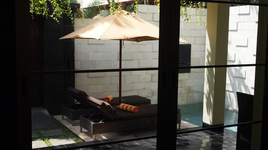 Sun Island Boutique Villas & Spa: Plunge pool and lounges