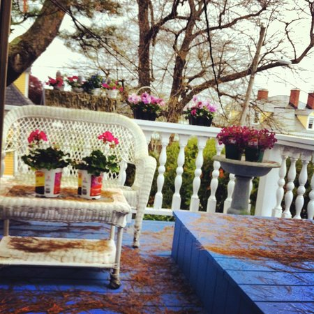 A Lady Winette Cottage Bed & Breakfast: Harbor Room deck