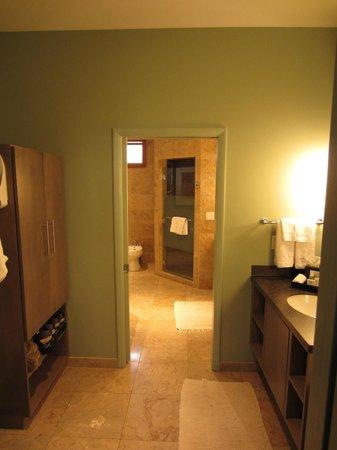 Desert Pearl Inn: Room 601 Master dressing area