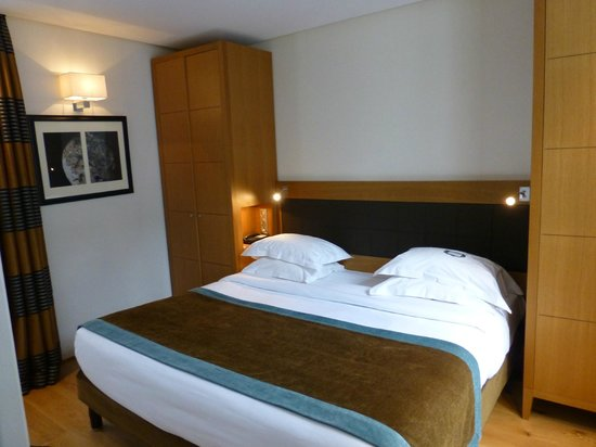 Hotel Le Six: Bedroom with King size bed