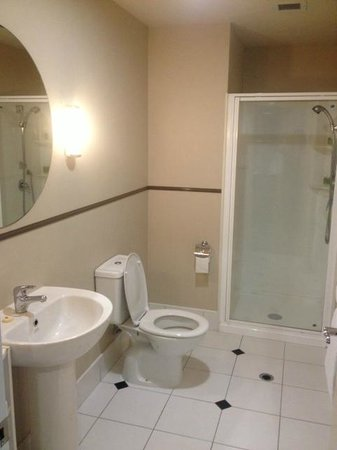 Scenic Hotel Auckland : Bathroom in Superior Studio Apartment Queen