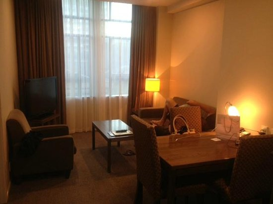 Scenic Hotel Auckland : Lounge area in Superior Studio Apartment Queen