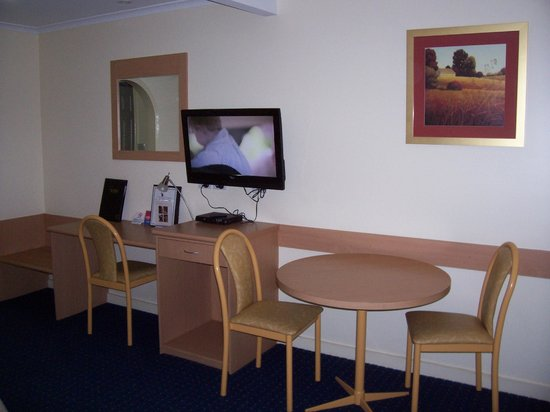 Cattleman's Country Motor Inn: In room dining area and work tables.