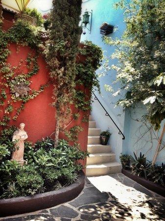 """Casa Cinco Patios: Patio uno, desde habitación """"Los Pájaros""""."""