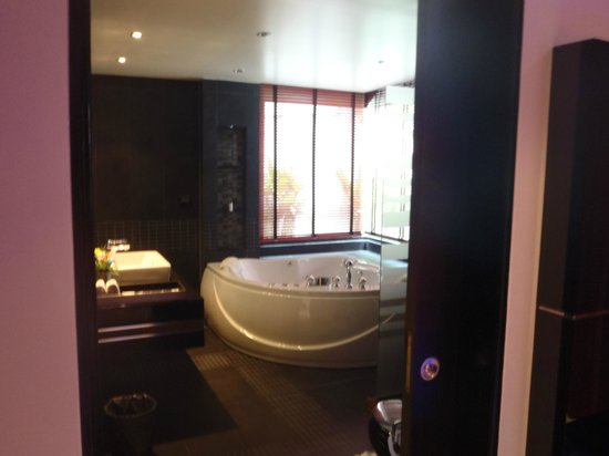 Absolute Bangla Suites: Bathroom from the bedroom