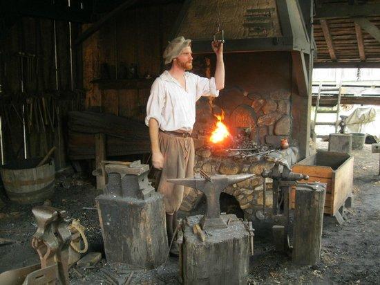 Williamsburg, Virginie : blacksmith making nails