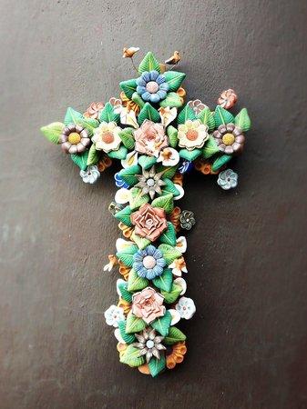 Casa Cinco Patios: Cruz de barro pintado a mano en uno de los muros de la escalera al patio/terraza.