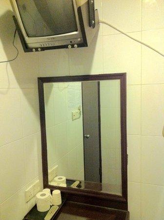 Hong Kong Tai Wan Hotel: 室内テレビ、鏡台