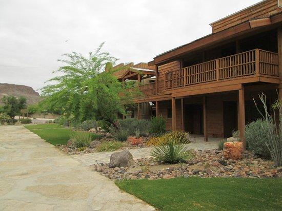 Lajitas Golf Resort: Old West feel along main walkway
