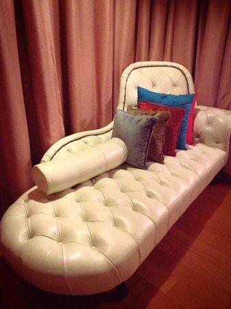 Tango Luxe Beach Villa: lounger in room