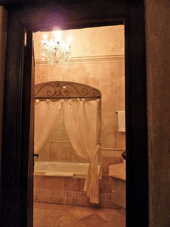 Palacio de Dona Leonor: Shower and detail, bathroom