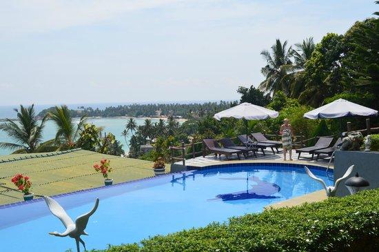 Hotel Panorama : Der Blick vom Bungalow über den Pool in die Bucht