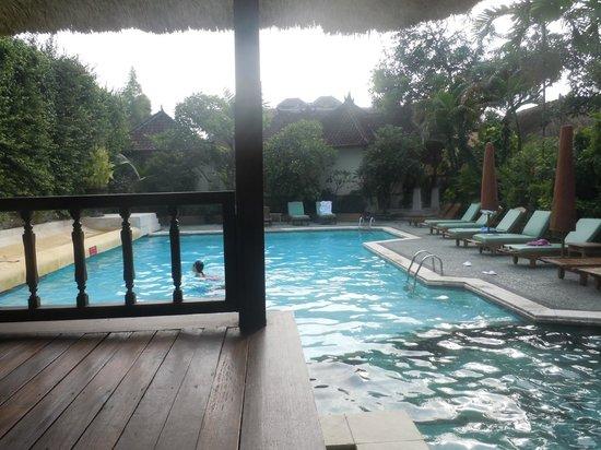 Alam KulKul Boutique Resort: suasana salah satu kolam renang yang tersedia