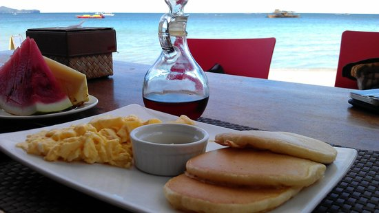 Boracay Beach Club: Breakfast at the beach bar