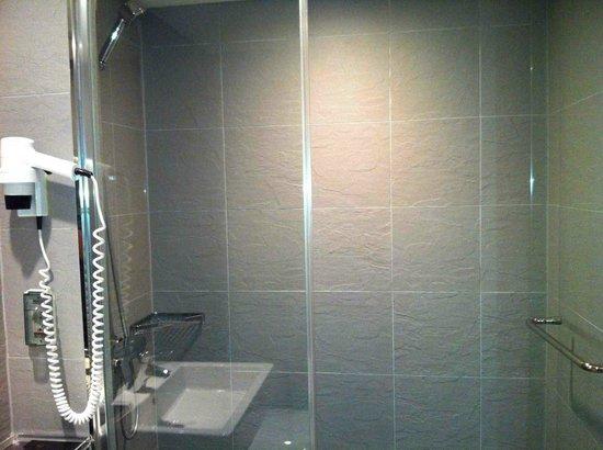 Incheon Airport Transit Hotel: Clean & Modern Bathroom