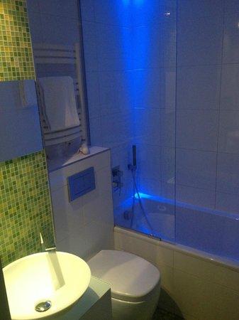 Color Design Hotel: la salle de bain de la chambre 108