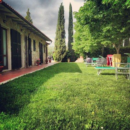 B&B Poggio del Drago Saturnia: Il giardino con l'ingresso delle camere