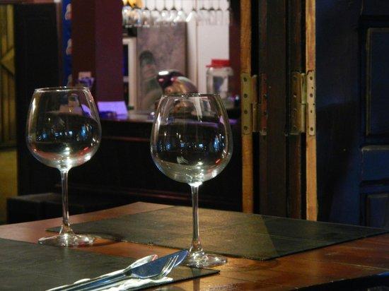S Bar & Restaurant: Blick von Terrasse nach innen