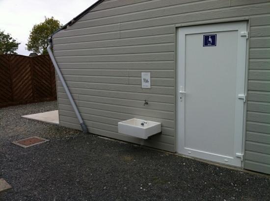 Camping Les Coques d'Or: Des sanitaires pour handicapé pas vraiment accessible... avec robinet pour laver les chiens a l'