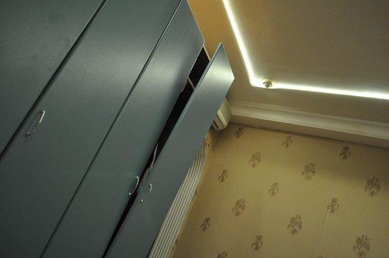 Hotel Pera Capitol: Δωμάτιο-ντουλάπα