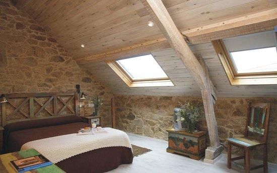 Hotel Rústico Teixoeira: Hotel Rural en Galicia en Rias Baixas Habitación Abuhardillada