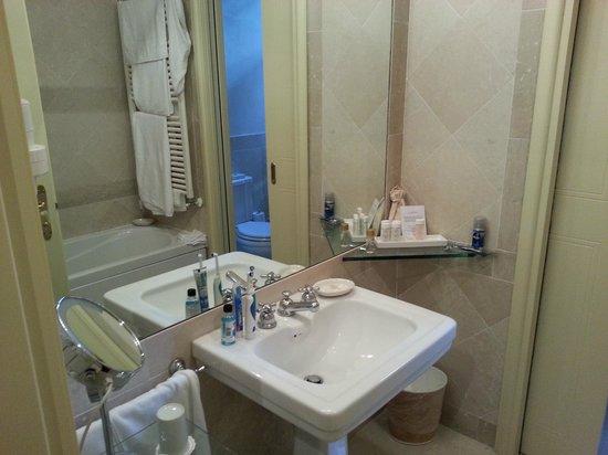 Palazzo Arzaga Hotel Spa & Golf Resort : Bathroom with clarins miniatures