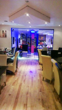 Blue Naan: Restaurant view to Bar