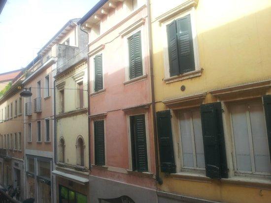 Nicchia: dalla finestra vista di Via Mazzini