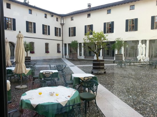 Palazzo Arzaga Hotel Spa & Golf Resort : Central courtyard