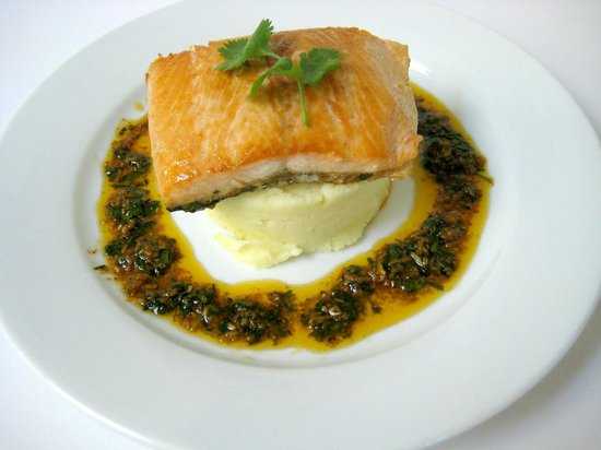 Smithfield Hotel: Salmon with a cream cheese & garlic mash with a lemon herb dressing