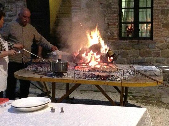 Castello di Petroia: il cuoco all'opera